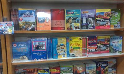 Deretan buku tentang jalan-jalan di toko buku