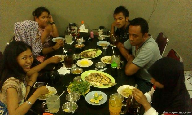Sebagian peserta BN2012 ketika menikmati sea food di Paotere