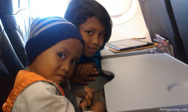 Nadaa dan Hilmy di pesawat