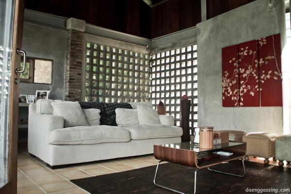 Ruang tamu yang terbuka dengan dinding tanpa cat