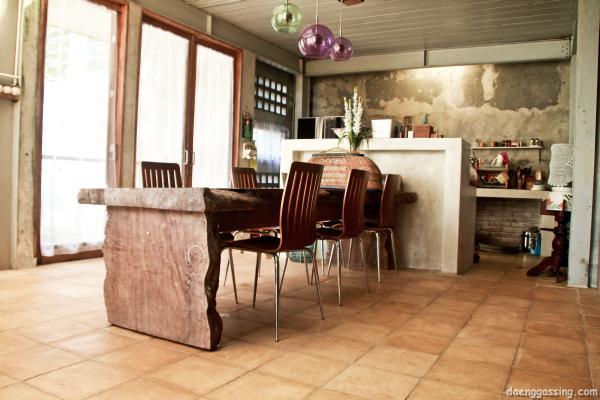 Lantai ubin terasso dan meja makan dari kayu