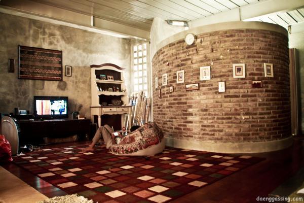 Ruang keluarga dan dinding yang dibiarkan begitu saja