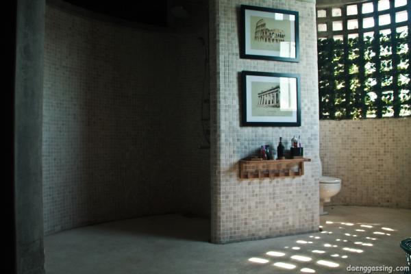 Kamar mandi yang satu sisinya dibiarkan terbuka