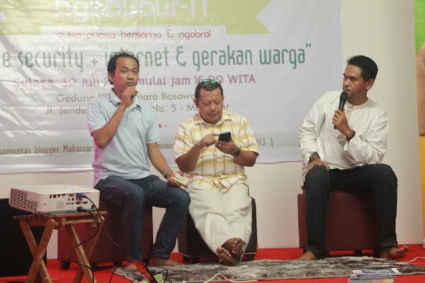 Bersama Mas MT dan Kang Onno dalam diskusi Internet & Gerakan Warga, Makassar 30 Juli 2013
