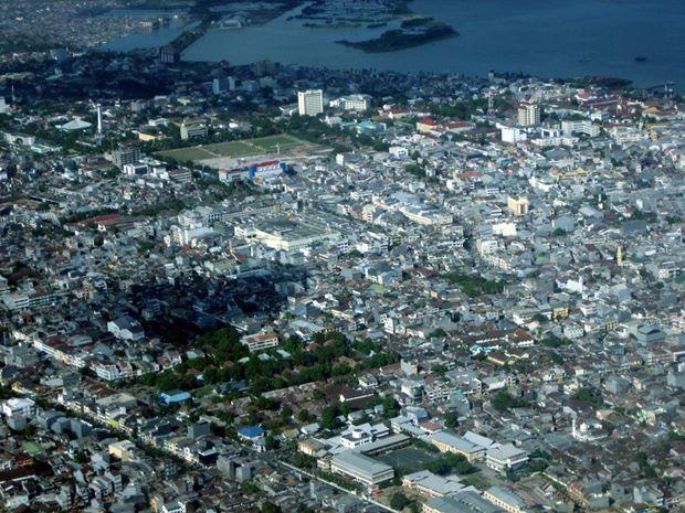 Kota Makassar Dari Ketinggian (sumber: aroelaidah.wordpress)