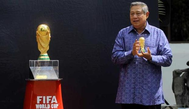 SBY dan tropi piala dunia (foto: VivaNews)