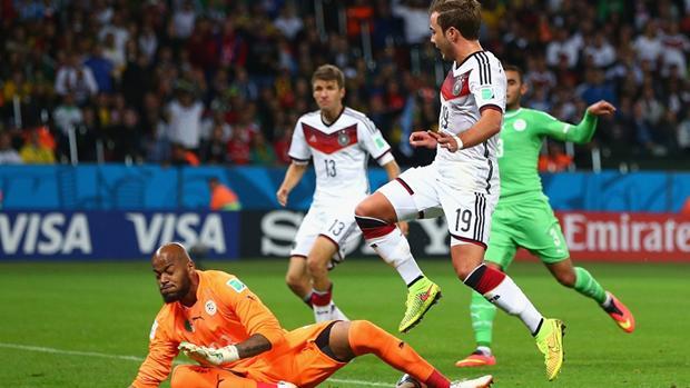 Rais Mbolhi, jatuh bangun menyelamatkan gawangnya [foto: FIFA.com]