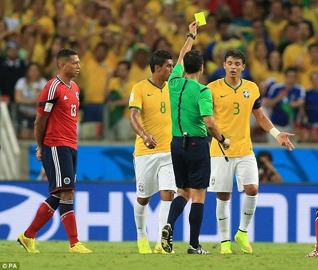 Thiago Silva, kala menerima kartu kuning (foto: AFP)