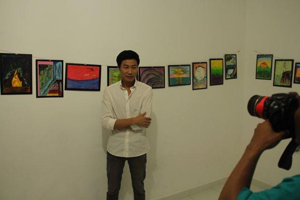 Hyeongman di depan beberapa karyanya