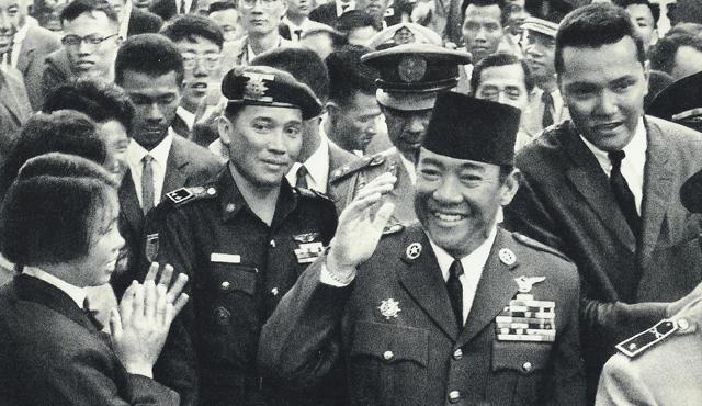 Maulwi Saelan (pakai baret) saat mengawal Soekarno. sumber: historia.