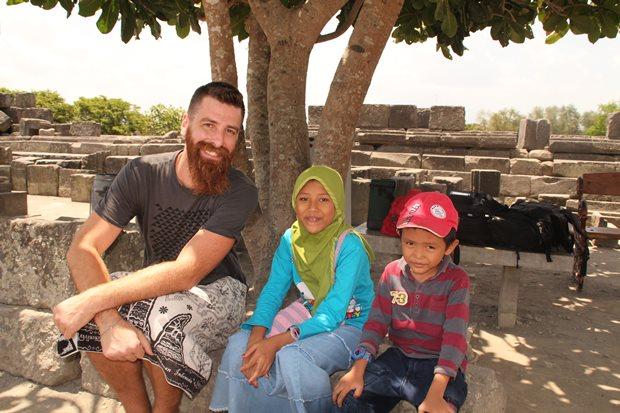 Josh (paling kiri) sang petualang dari US