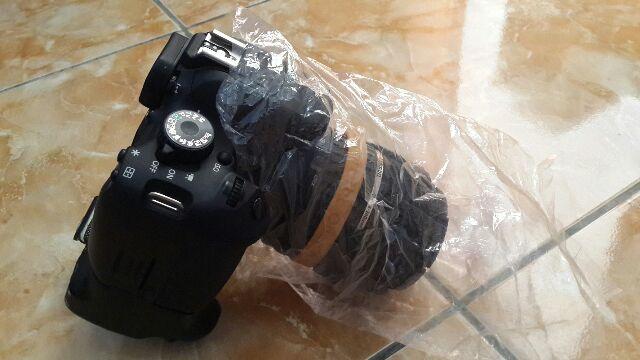 Kamera dengan lensa yang ditutupi plastik