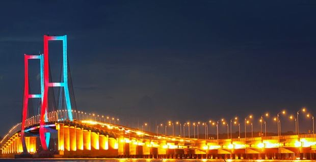 Jembatan Suramadu (sumber: sobatpetualang.com)