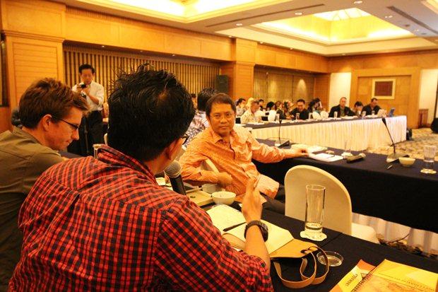 Menteri Rudiantara mendengarkan pertanyaan dari peserta