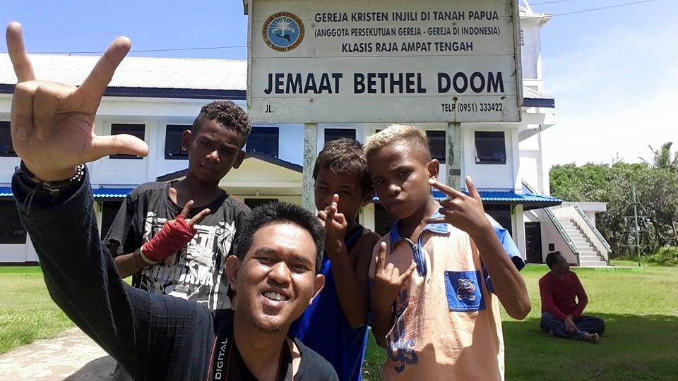 Bersama anak-anak Pulau Doom