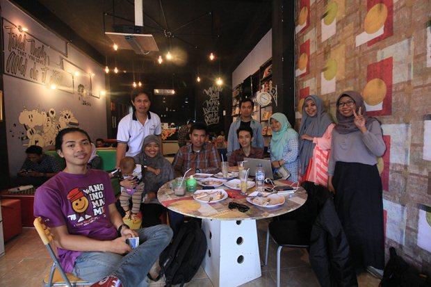 Teman-teman Anging Mammiri yang datang mengunjungi Artwork Cafe