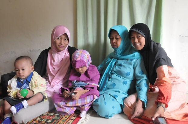 Sang ibu bersama dua anak dan cucunya