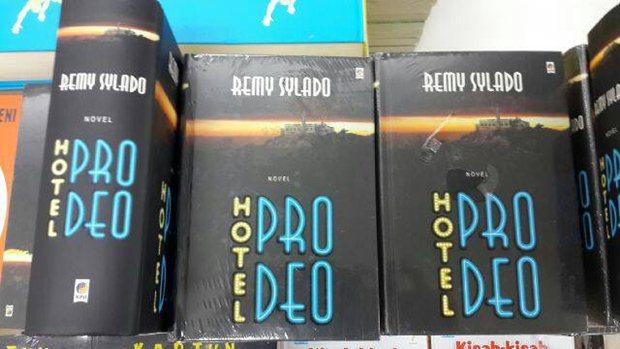 Hotel Pro Deo; Perang si Jahat vs si Baik