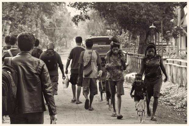 Sebagian besar warga Rawa Biru hidup dari bertani dan mencari ikan di rawa. Kehidupan warga begitu bersahaja, kontras dengan peran vital mereka untuk kota Merauke.