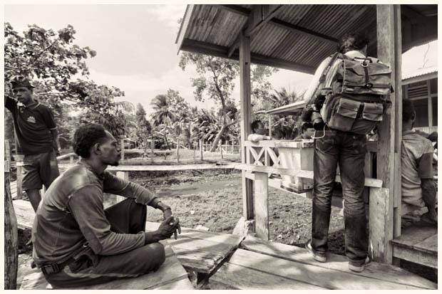 Ketika tiba, kami bertemu dengan kepala desa dan para tokoh masyarakat. Beberapa warga terlihat penasaran, tapi ragu untuk mendekat. Mereka hanya duduk di luar tempat kami berkumpul, mendengarkan dari jauh.