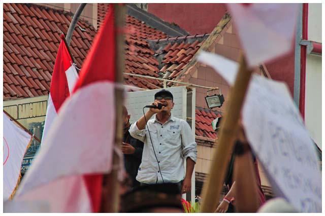 Seorang demonstran berorasi. Dalam orasinya dia mendesak pejabat hukum agar menggunakan hati nurani dalam memutuskan kasus Fadli. Dia juga meminta agar Hasni Hamka diseret ke pengadilan. Hasni adalah anggota grup LINE bersama Fadli, disinyalir dialah yang membocorkan percakapan itu ke bupati Gowa.