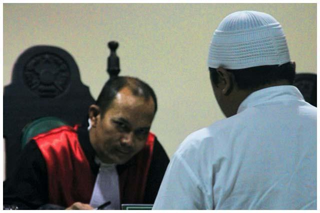 Hakim ketua mendengarkan nota pembelaan dari Fadli Rahim. Beliau menolak nota pembelaan itu karena dianggapnya hanya sebagai puisi, bukan pembelaan.