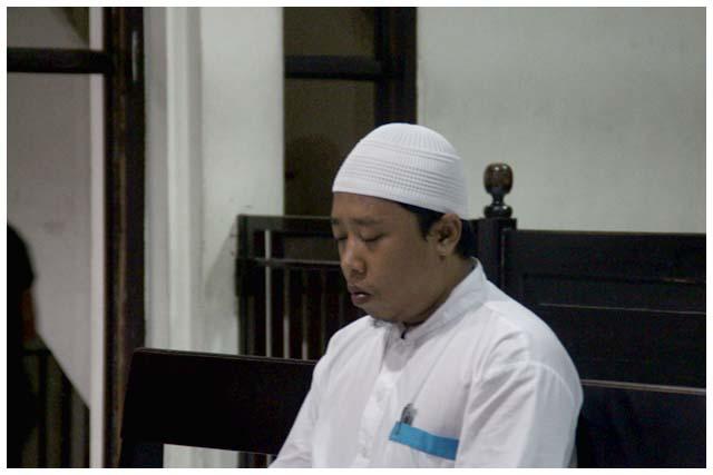 Fadli Rahim dengan wajah sedih dan kecapean mengikuti jalannya sidang. Mungkin tak pernah terpikir di kepalanya, obrolan dalam grup LINE itu akan menyeretnnya duduk di kursi pesakitan.