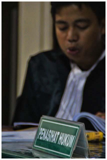 Penasehat hukum Fadli membacakan pembelaan. Dalam sidang Fadli, penasehat hukumnya menghadirkan beberapa saksi ahli yang meringankan. Sayangnya, tidak satupun masukan dari saksi ahli menjadi pertimbangan oleh majelis hakim.