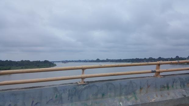 Sungai Batang Hari yang memotong sisi luar kota Jambi