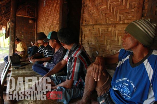 Rahmat Adinata (berkaos hitam garis-garis) menunjukkan video buatannya kepada petani