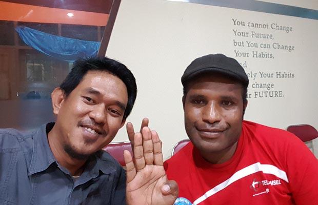 Bersama Omar yang mengajari saya Tok Pisin