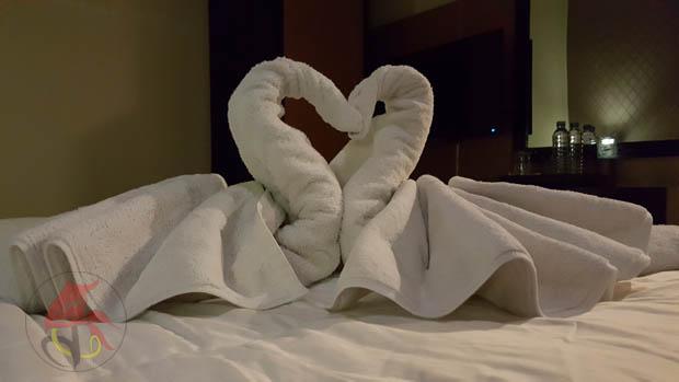 Sepasang angsa dari handuk di kamar hotel Green Hayaq