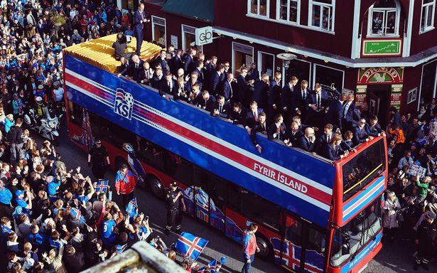 Timnas Islandia ketika pulang ke Reykjavik (foto: EPA)