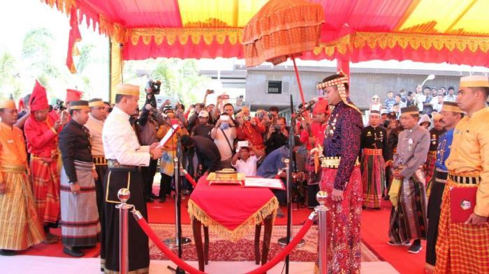 Pengukuhan Adnan Purichta sebagai ketua lembaga adat daerah (foto: Tribun Timur)